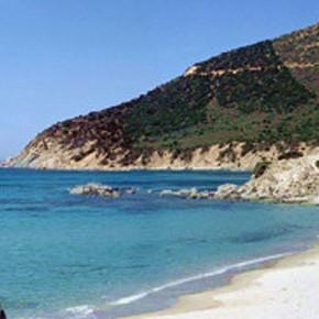 Sardegna, cemento in riva al mare tra residence e campi da golf