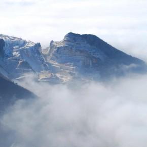 L'ex Monte Betogli affiora tra le nuvole basse...