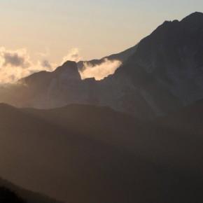 Una nuvola riempie il vuoto lasciato dall'attività estrattiva là dove una volta c'era la cima di una montagna...