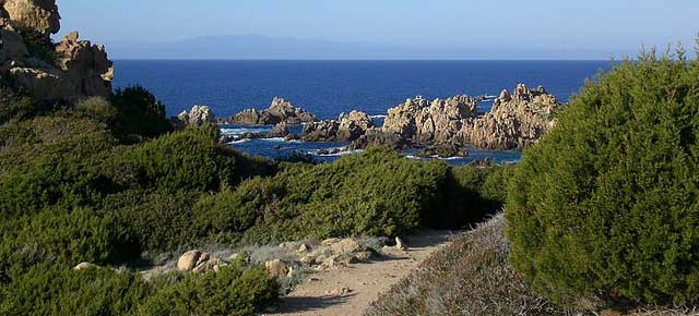 (Costa Paradiso, foto di Gianni Careddu, da Wikimedia Commons)