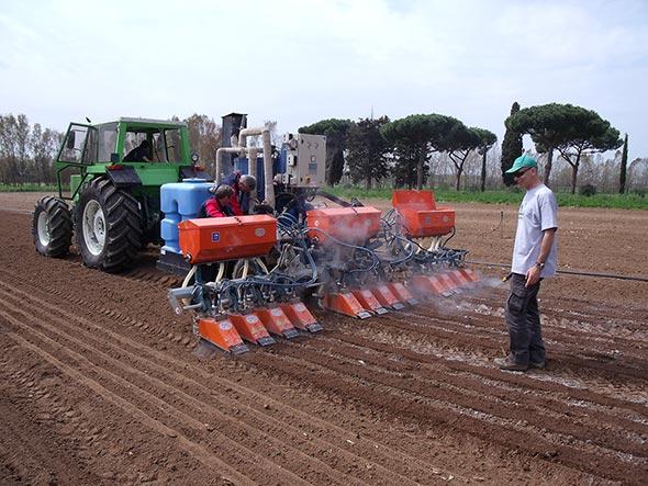 Macchina per la distribuzione in banda di vapore attivato con calce viva, come tecnica preventiva di controllo dei semi di piante infestanti, prima della semina di carota bio presso l'azienda Caramadre di Maccarese (RM).