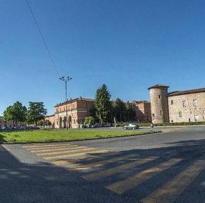 Un parcheggio dal pesante impatto ambientale nel centro storico di Piacenza