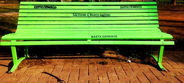 """Contro la violenza sugli alberi, una nuova panchina-simbolo e un esposto del  comitato """"Salviamo il parco Bassini"""""""